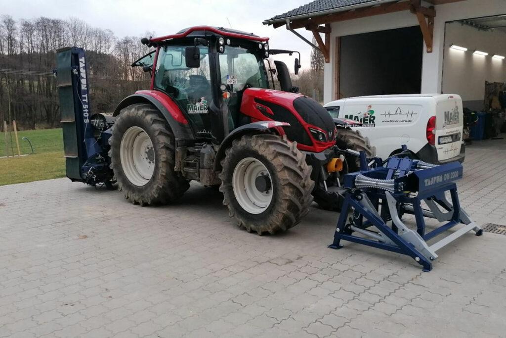 Valtra-Traktor vor der Garage