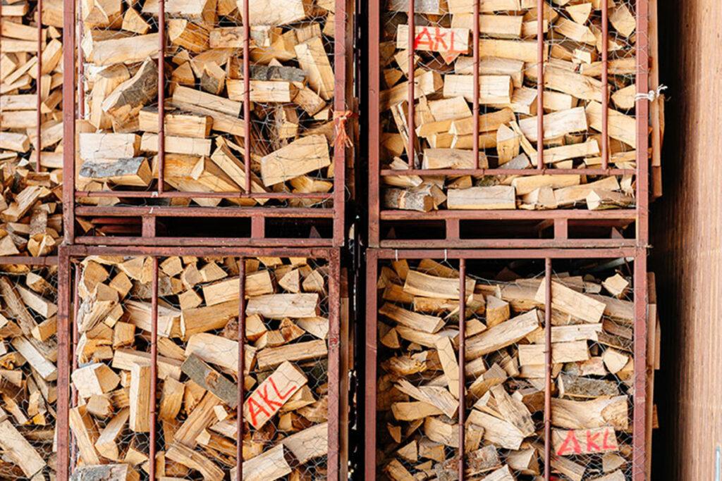 Boxen mit Brennholz