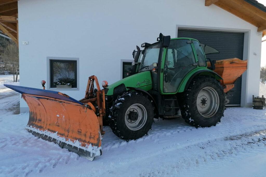 Traktor mit Schneeschaufel
