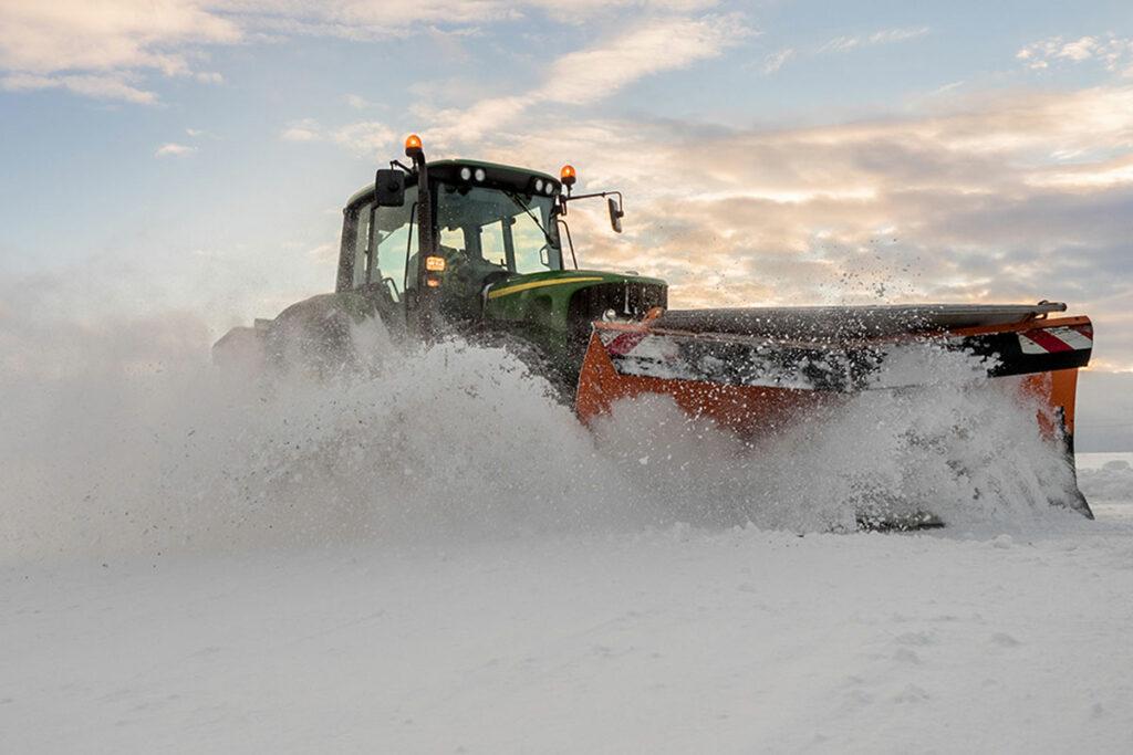 Traktor, der Schnee pflügt