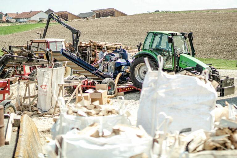 Brennholzaufbereitung mit Traktor